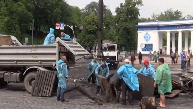 Комунальникам дозволили розібрати барикаду на Грушевського