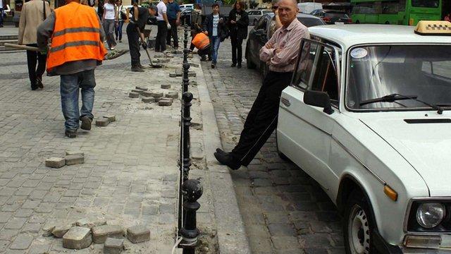 На площі Галицькій встановлюють обмежувальні стовпчики