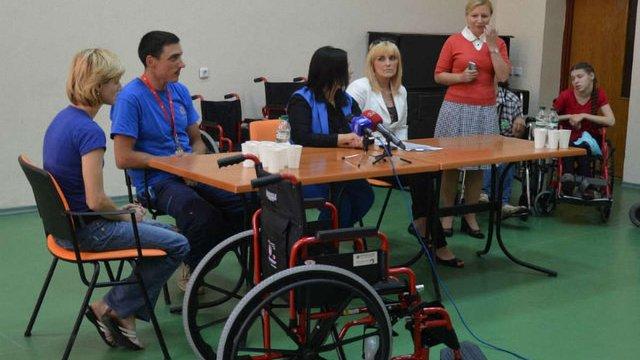 Вихованці центру «Джерело» отримали інвалідні візки