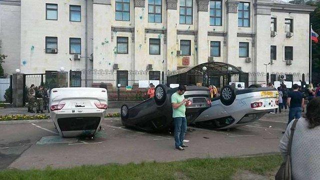 У Києві — пікет під посольством РФ: кількість людей зростає щохвилини (відео)