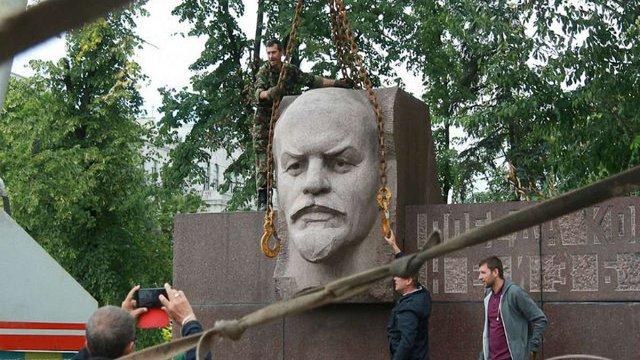 Сотник Парасюк з побратимами демонтував останнього Леніна у Дніпропетровську