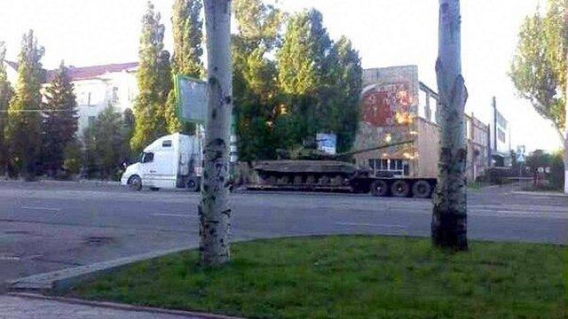 Незважаючи на перемир'я Порошенка, терористи вільно завозять танки до Луганська