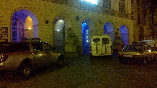 У Львові чоловік погрожував стрибнути з даху Ратуші