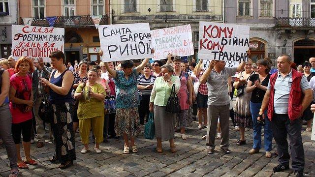 Під Львівською міськрадою організували одразу п'ять пікетів
