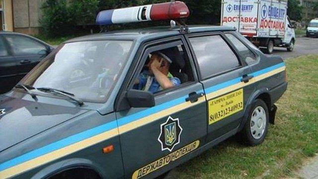 Львівському інспектору ДАІ, який запаркувався на газоні, можуть дати неповну службову відповідність