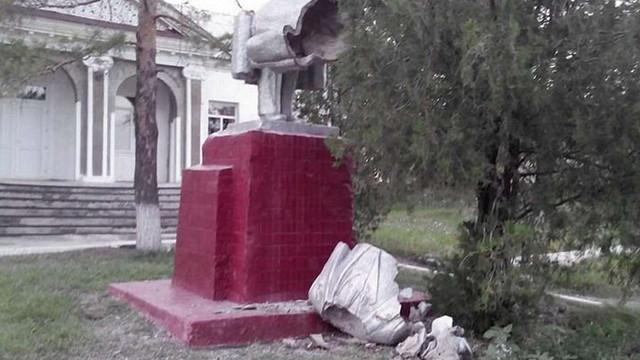 Львів'яни допомогли мешканцям одного із сіл на Донеччині знести пам'ятник Леніна