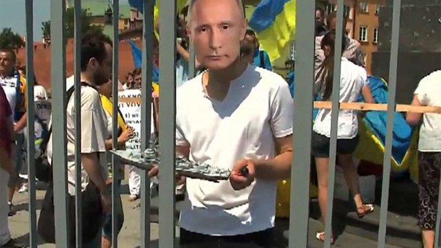 По Варшаві активісти пронесли «Путіна» в клітці