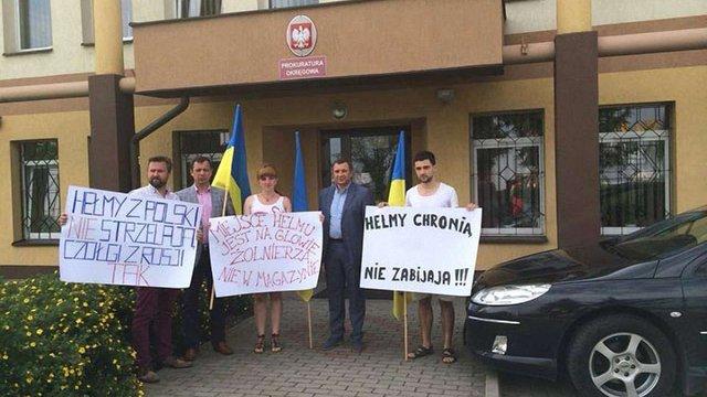 Українці пікетували прокуратуру Польщі через волонтерів, які перевозили бронежилети та каски
