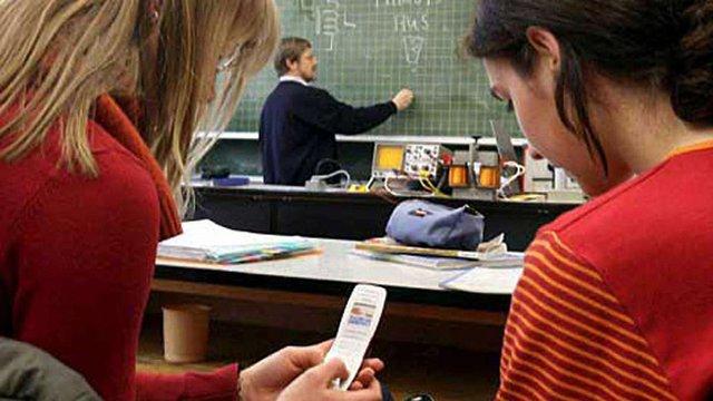 Міносвіти дозволило використання мобільних телефонів у школах