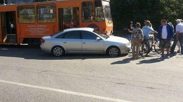 На вулиці Княгині Ольги у Львові автівка врізалася у трамвай