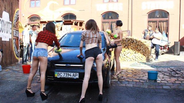 У Львові пройшла благодійна бікіні-автомийка