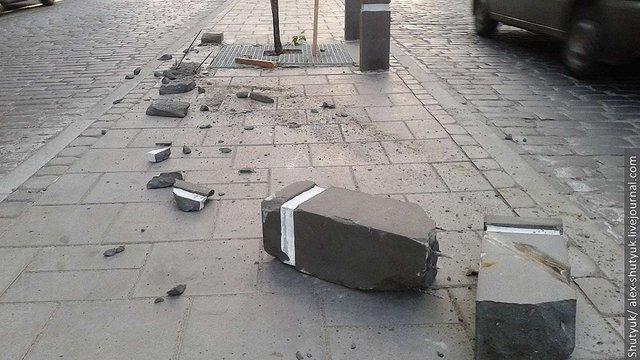 У Львові на вул. Городоцькій зруйнували захисні стовпи для дерев