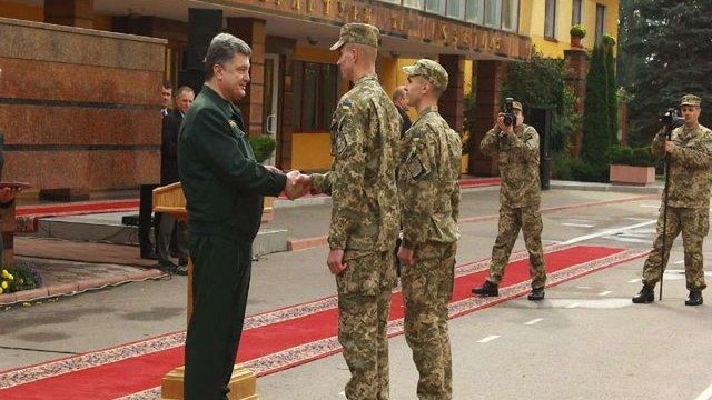 Порошенко вручив трьом військовим, які обороняли луганський аеропорт, ордени за мужність