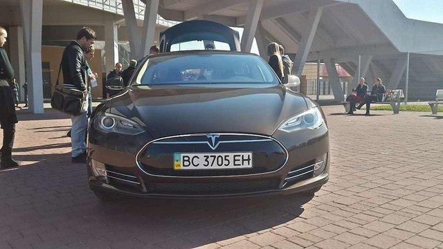Львів'яни на електромобілі Tesla проїхали рекордну відстань без підзарядки