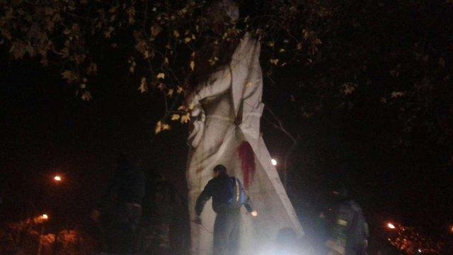 У Запоріжжі активісти намагаються звалити пам'ятник Дзержинському