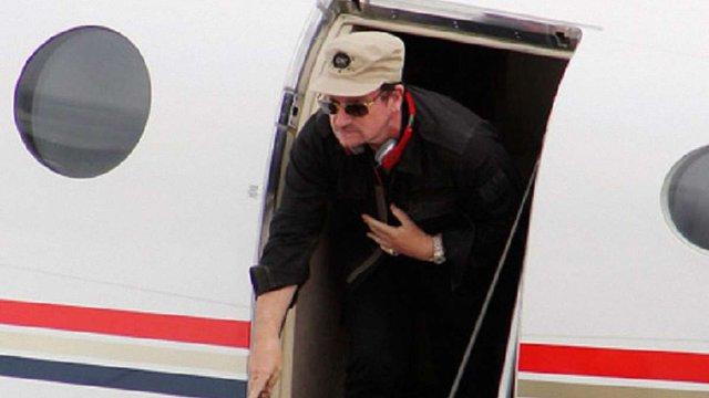 Двері літака, на борту якого був лідер групи U2, відвалились під час польоту