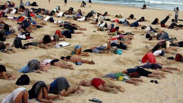 400 австралійців встромили голови в пісок протестуючи проти політики уряду