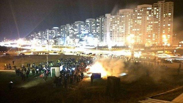 Біля станції метро «Осокорки» у Києві активісти спалили паркан навколо земельної ділянки