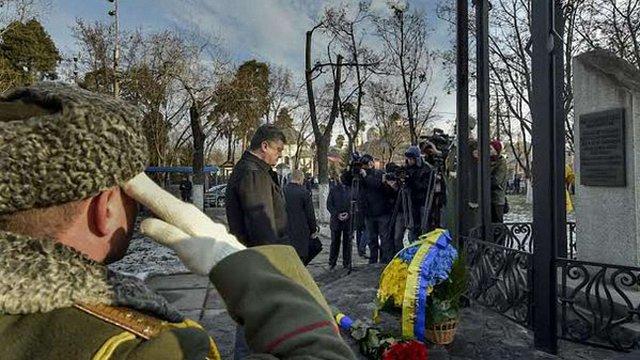 Порошенко і Яценюк вшанували героїв Чорнобиля