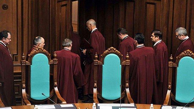 Поки Яценюк люструє одних суддів, інші приймають присягу