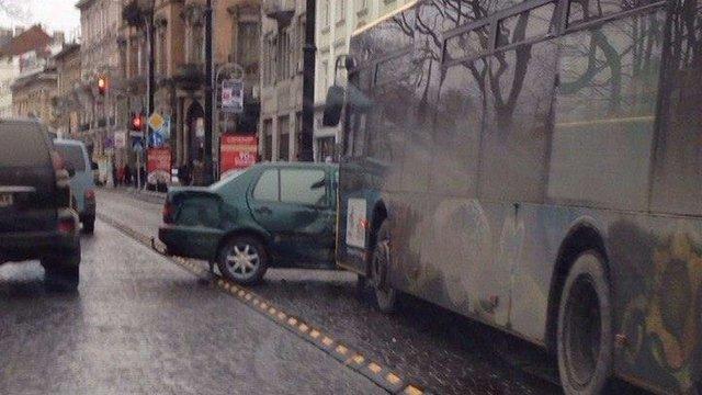 На проспекті Свободи у Львові зіткнулись автобус та автомобіль