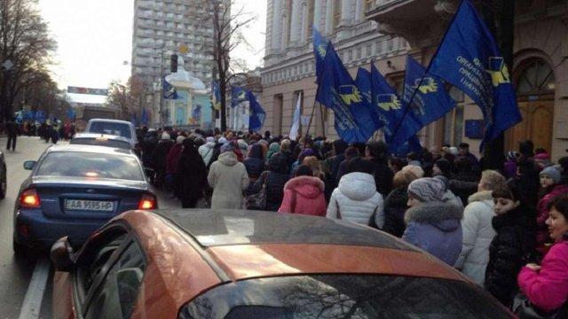 Біля будівлі Верховної Ради мітингують майже тисяча активістів