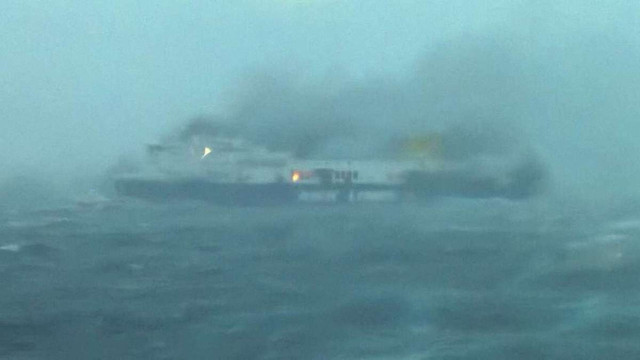 На борту палаючого грецького порома перебувають дві українки, їх доля невідома, - МЗС