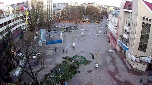 В Івано-Франківську сильний вітер звалив головну новорічну ялинку