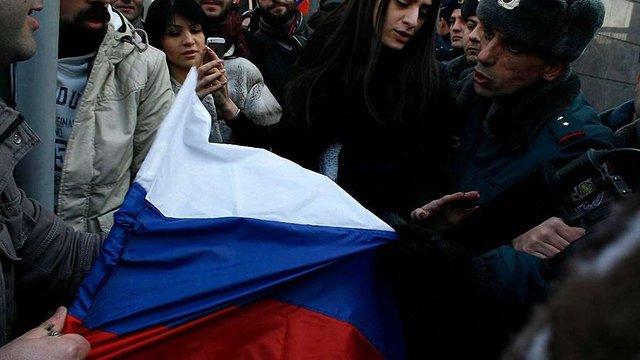 У Вірменії біля російського посольства почалися сутички протестувальників і правоохоронців