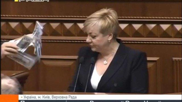 Голову НБУ закидали доларами на трибуні Верховної Ради