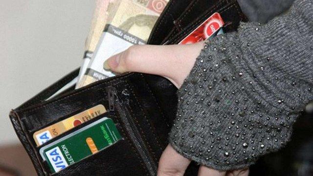 Ще два банки ввели обмеження для розрахунків гривневими картками за кордоном