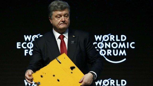 У Давосі Порошенко показав фрагмент автобуса, розстріляного терористами під Волновахою