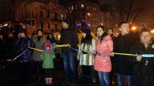 У Львові переселенці зв'язали 120-метрову «стрічку єдності» сходу та заходу
