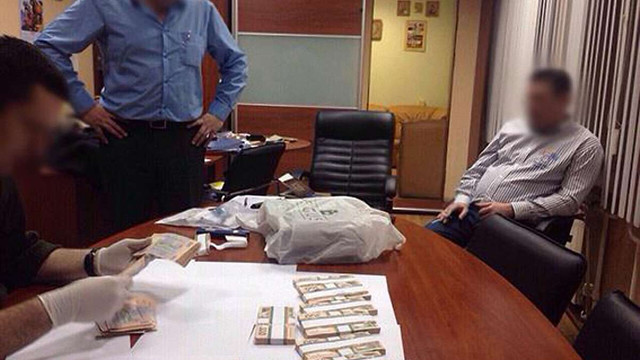 На Полтавщині податківця зловили на спробі взяти хабар у півмільйона гривень