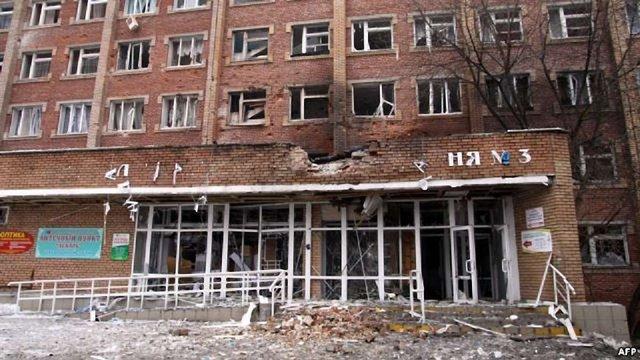 Світлодарську лікарню, яку обстріляли терористи, евакуюють в Артемівськ