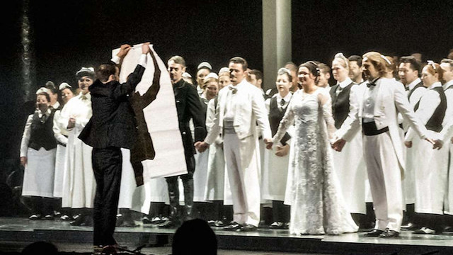 Активіст вийшов на сцену Metropolitan Opera з антипутінським плакатом