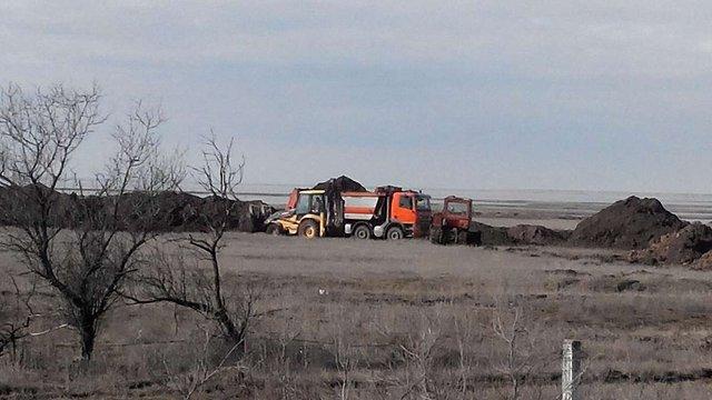 На адміністративному кордоні Криму росіяни цілодобово копають глибокий рів