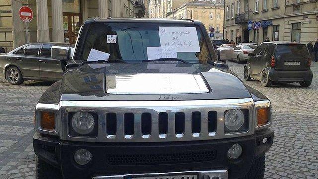 Брат депутата ЛМР припаркував свій Hummer посеред дороги у центрі Львова