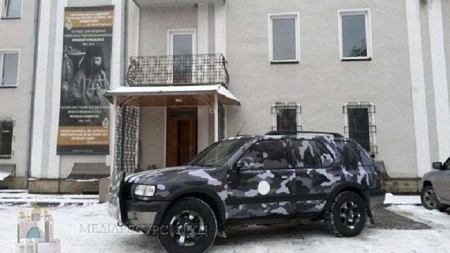 Львів'яни відправили на фронт броньований позашляховик для військових капеланів