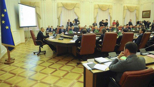 Зарплати українських міністрів обмежили посадовим окладом