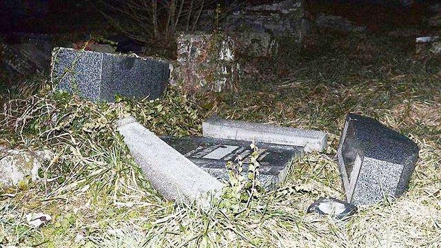 У Франції затримано п'ятьох осіб у справі про паплюження єврейських могил