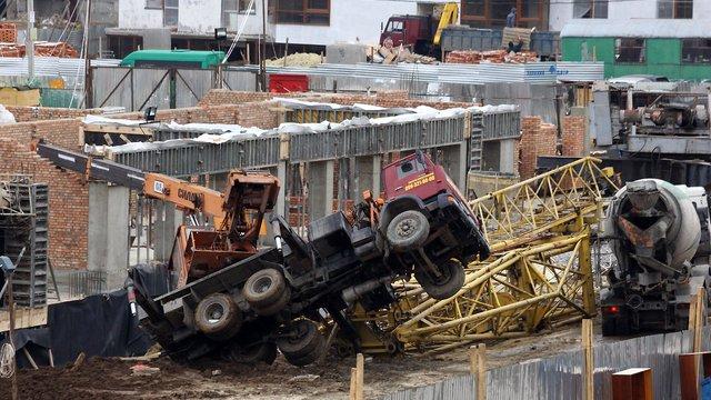 У Винниках через падіння автокрана загинув будівельник