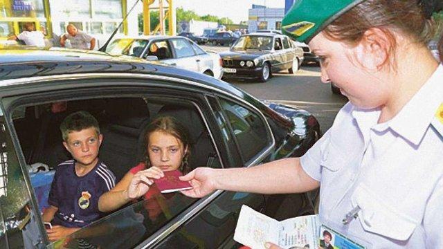 Дітям в Україні виготовлятимуть закордонні паспорти з народження