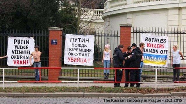 У Празі художники прикували себе до огорожі посольства РФ