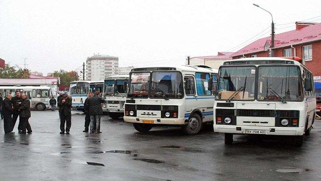 На Львівщині перевізники знімають автобуси з маршрутів через подорожчання пального