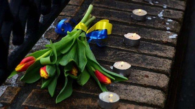 Посол США в Росії приніс на місце загибелі Нємцова букет із жовто-синьою стрічкою