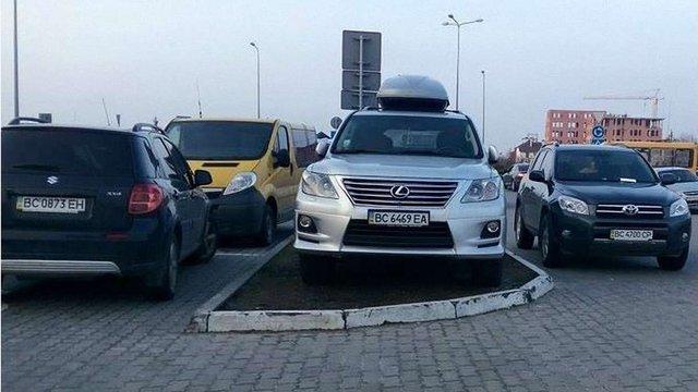 Львівського ІТ-бізнесмена висміяли у соцмережах через викличну парковку