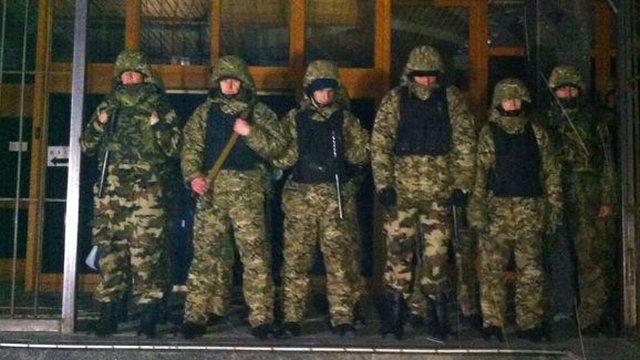 Під будівлею «Укрнафти» зібралися озброєні люди у камуфляжі