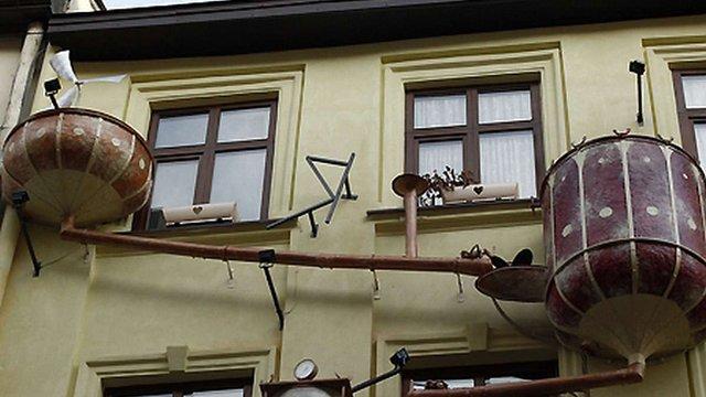 Декоративні ванни на львівському будинку демонтують примусово