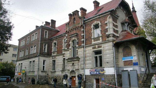 Львів'яни через соцмережі знайшли злодія, який вкрав дитячий візочок